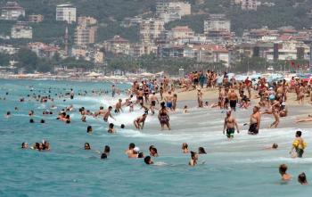 Kavurucu sıcaklardan bunalanlar kendilerini denize attı