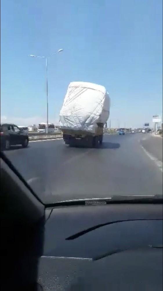 Manavgat-Antalya Karayolu'nda kamyonun tehlikeli yolculuğu