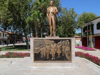 Manavgat Belediyesi'nden Side'ye rölyefli Atatürk anıtı