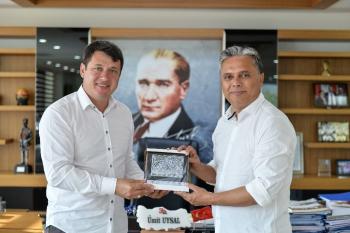 Muratpaşa Belediye Başkanı Ümit Uysal, Ardino Belediye Başkanı Resmi Murat'ı makamında kabul etti.