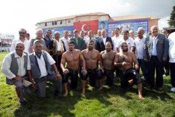 Türel, Antalyalı pehlivanları kutladı