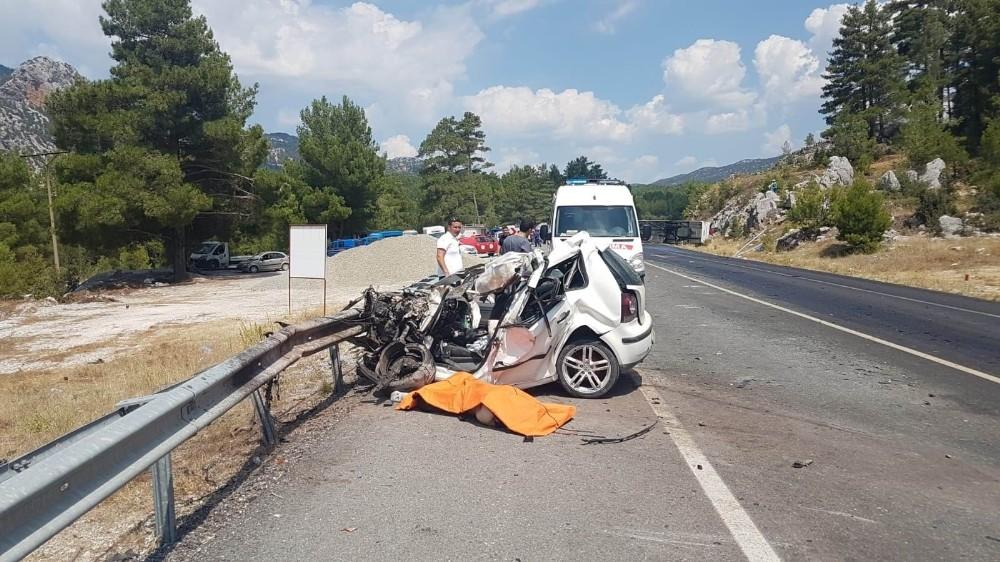 Turistleri taşıyan otobüs ile 2 otomobil çarpıştı: 2 ölü
