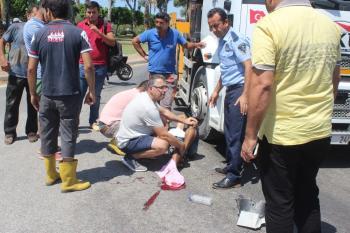 Yoldan çıkıp sürüklenen motosiklet ters yönden gelen kamyonun altına girdi