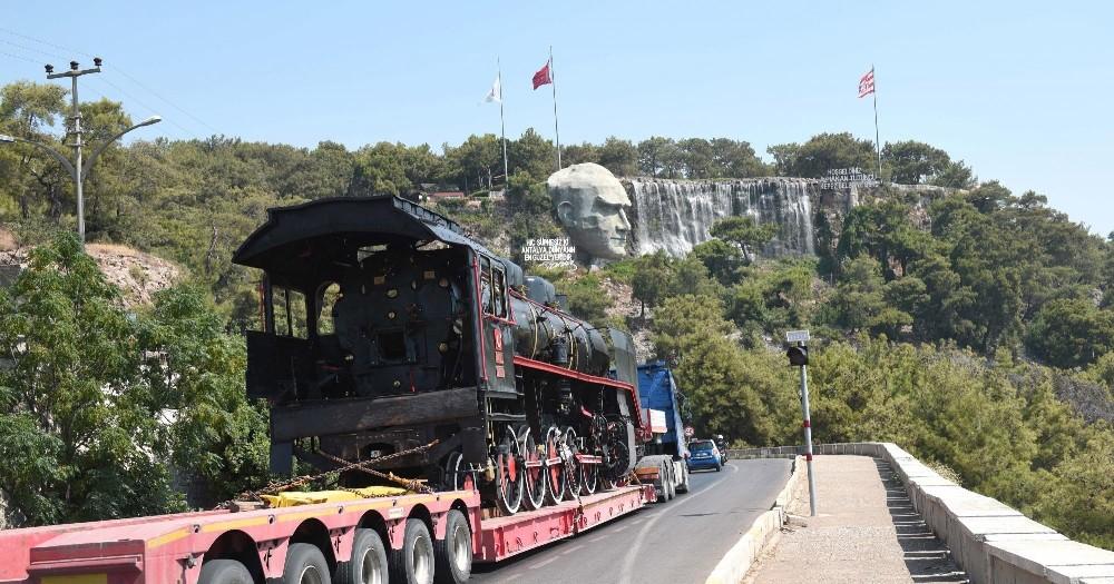20. yüzyılın ilk buharlı lokomotifi karayoluyla Kepez'e geldi