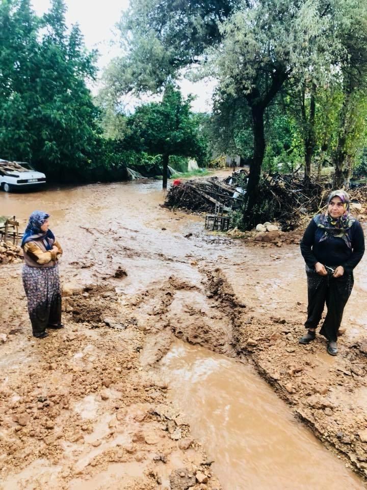 Antalya'da 30 dakikalık yağmur sele neden oldu