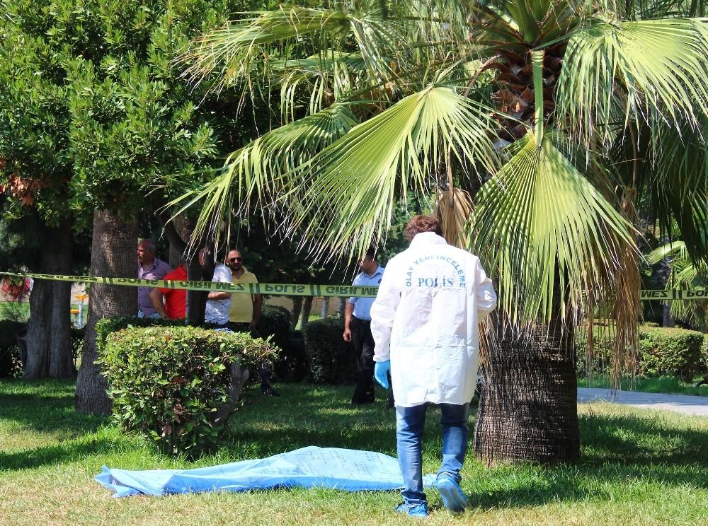 Antalya'da parkta erkek cesedi bulundu