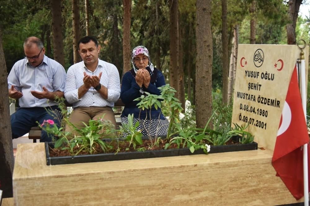 Başkan Yücel, vatandaşlara çiçek dağıttı