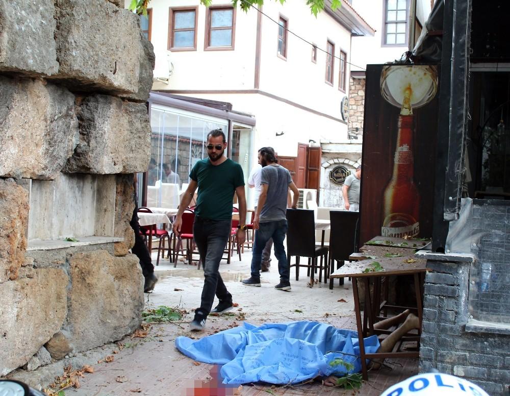 Kale surlarından beton zemine düşen kişi hayatını kaybetti