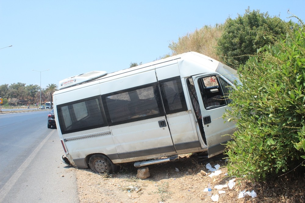 Karşı şeride geçen minibüs istinat duvarına çarparak durabildi: 1 yaralı