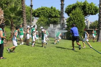 Kepez'de çocuklar eğlenerek tenis öğreniyor