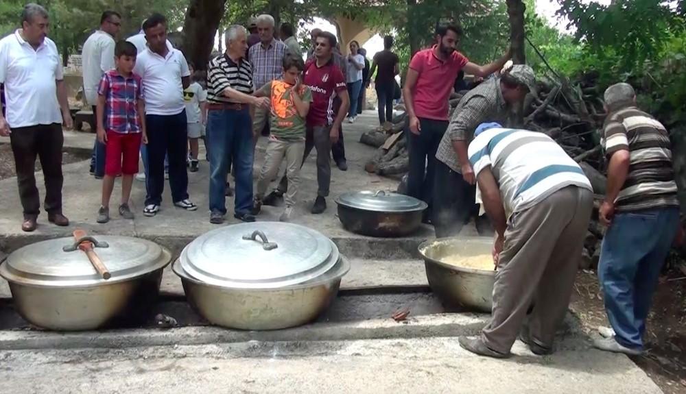 Mezarlıkta 350 yılı aşkın yemek geleneği sürüyor