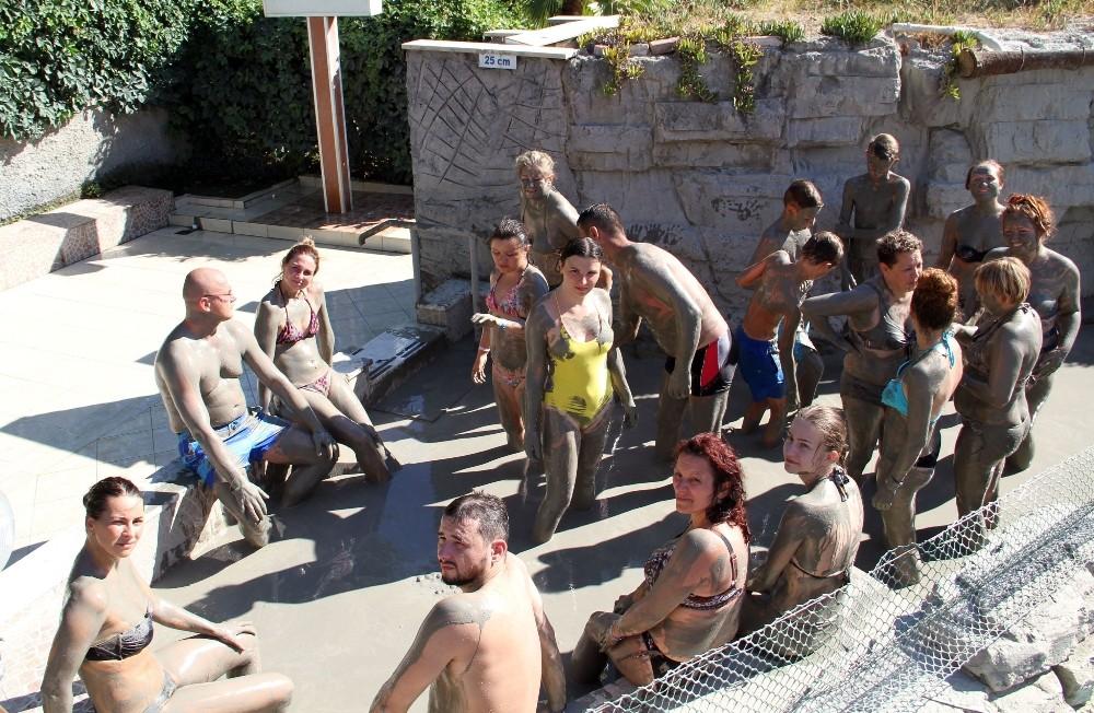 (Özel) Turistler çamur banyosuyla stres atıyor