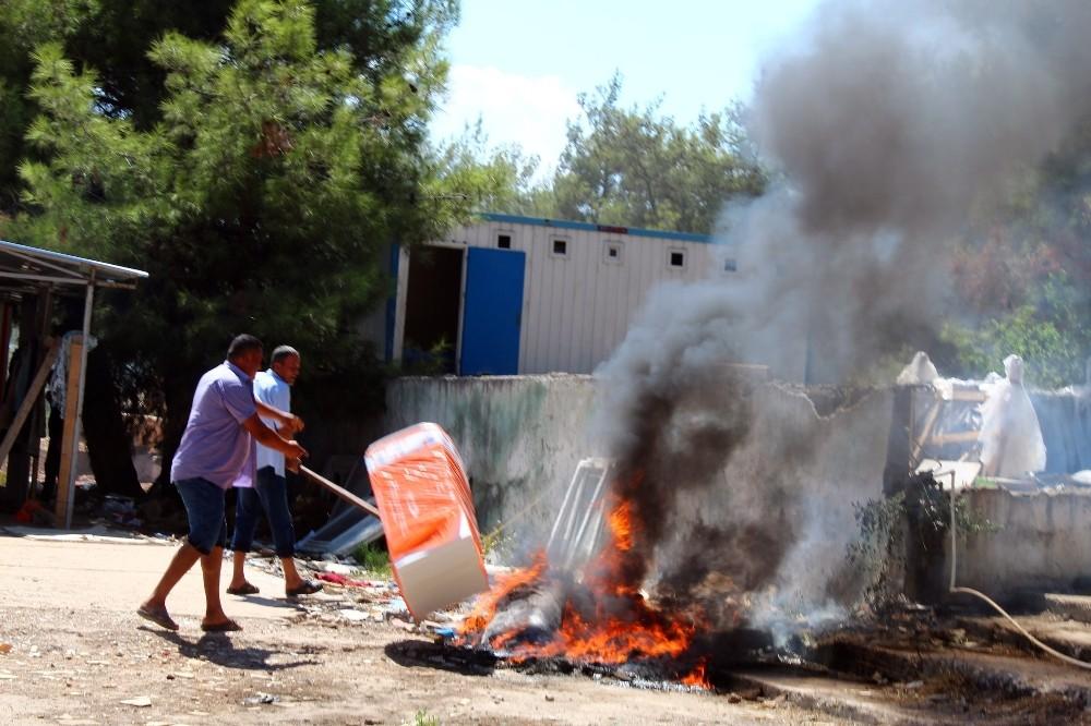 Paralarını alamayan hastane inşaatı işçileri, malzemeleri yakıp arazözün girişini engellemeye çalıştı
