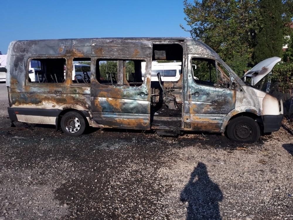 Turist taşıyan minibüs yangında küle döndü