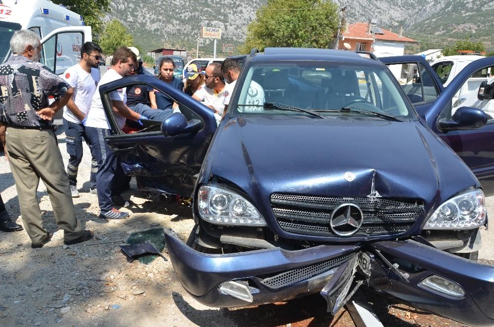 2 otomobil kafa kafaya çarpıştı: 2'si çocuk 5 yaralı