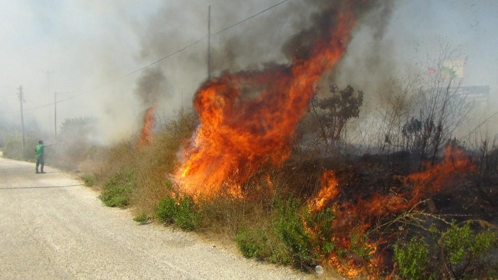 Akaryakıt istasyonu yakınında korkutan yangın