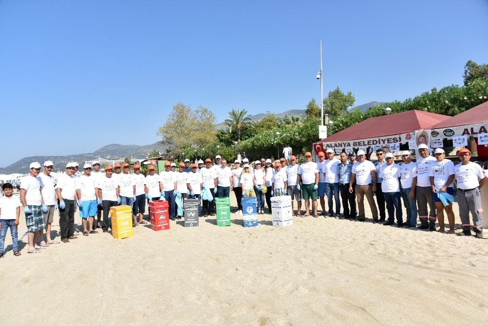 Alanya Belediyesi ve gönüllüler Damlataş Plajı'nı temizledi