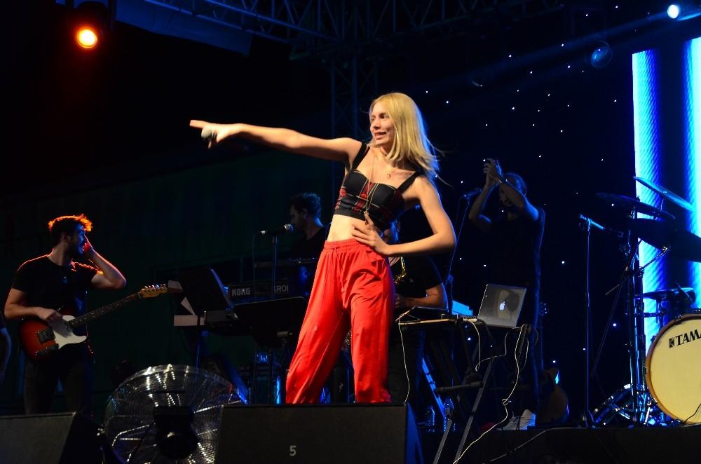Aleyna Tilki, üzüm festivalinde sahne aldı