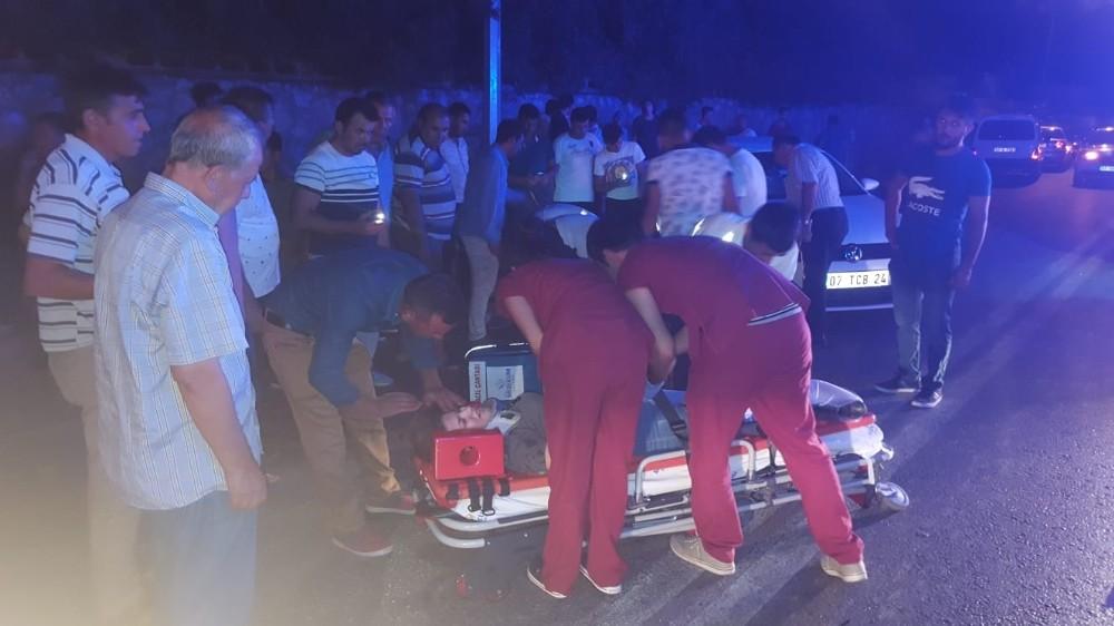 Antalya'da otomobil motosiklet ile çarpıştı: 2 yaralı
