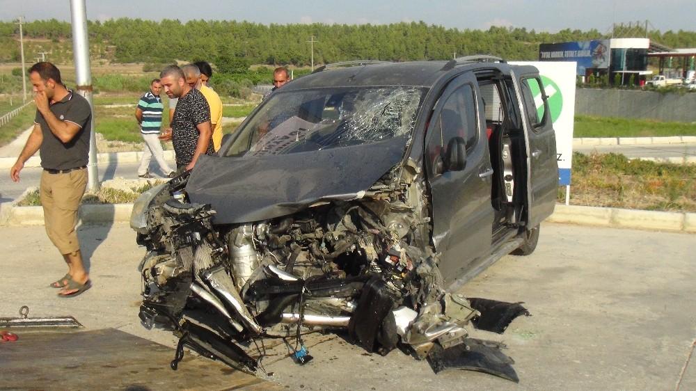 Antalya'da otomobiller çarpıştı: 3 yaralı