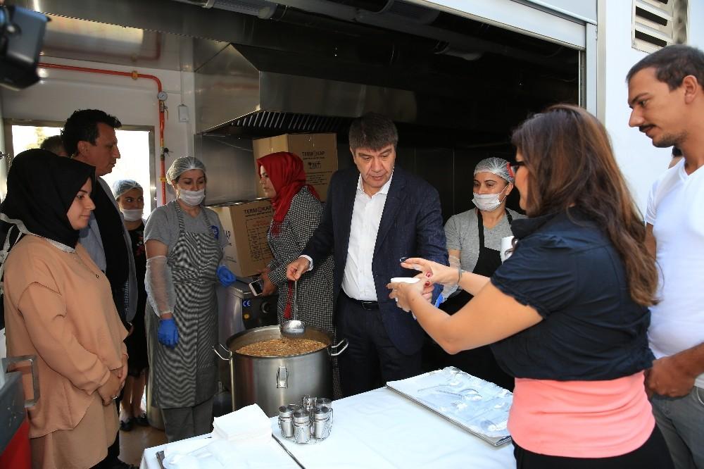 Başkan Türel'den personele ve vatandaşa aşure ikramı