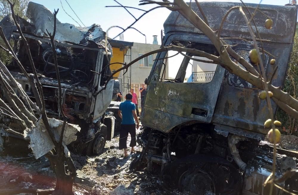 Çarpışan hafriyat kamyonları yandı