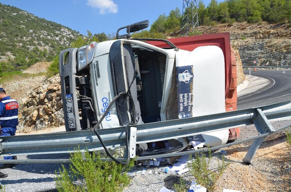 Direksiyon hakimiyetini kaybeden sürücü bariyerlere çarptı :1 yaralı