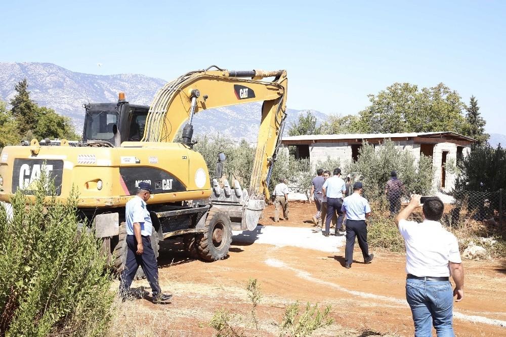 Döşemealtı'nda mera arazisindeki yapılar yıkıldı