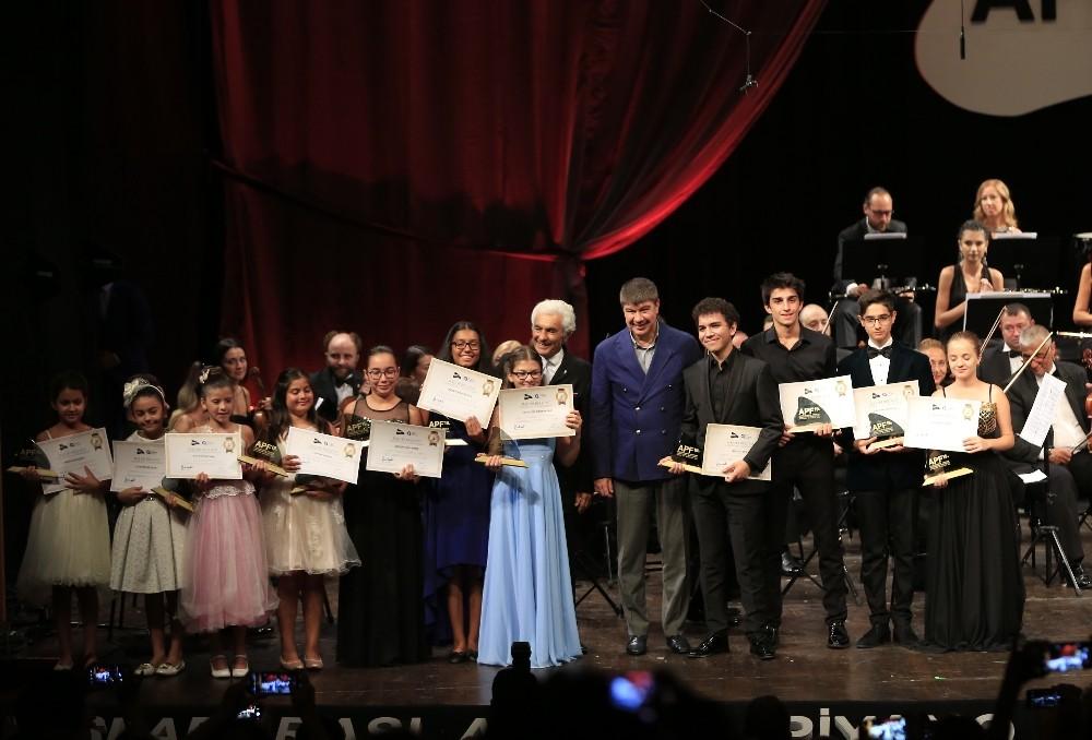 Geleceğin yıldızları Antalya Devlet Senfoni Orkestrası ile sahne aldı
