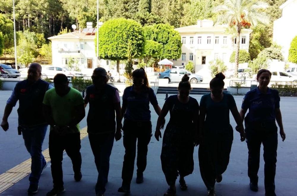 İnşaattan kalıp çalan 4 kişi tutuklandı