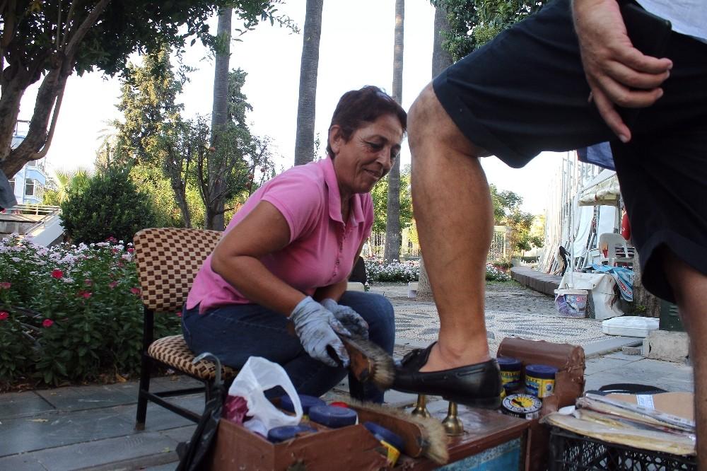 """""""Kadından boyacı mı olur"""" diyenlere inat ayakkabı boyacılığı yapıyor"""