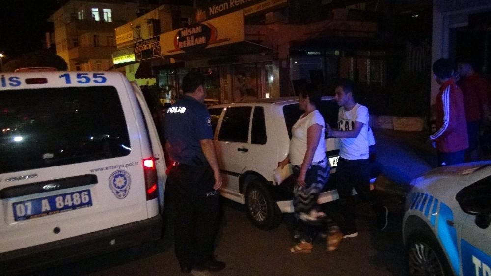 Kahvehane önünde oturan vatandaşlar ezilmekten park halindeki araç sayesinde kurtuldu