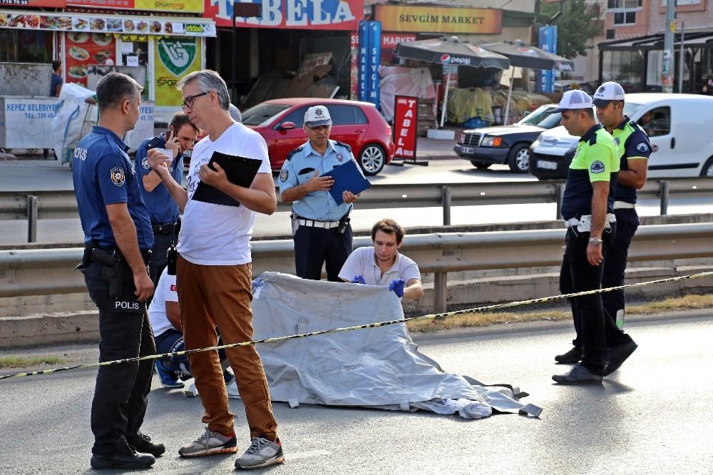 Karşıdan karşıya geçmek isterken minibüsün çarptığı yaya öldü