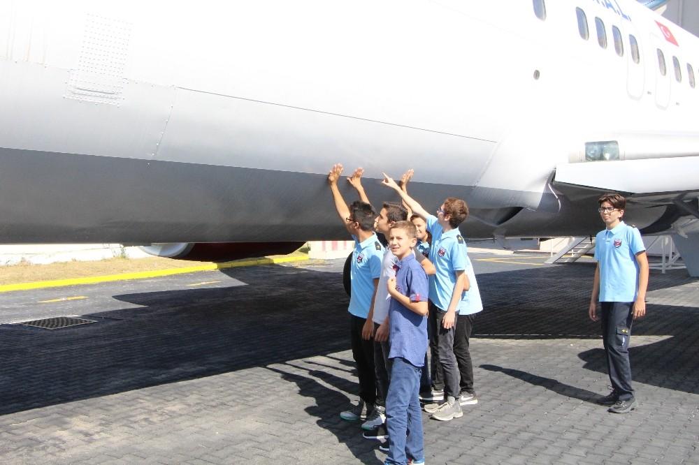 Kayıt yaptırdıkları okul bahçesinde dev uçağı görünce şaşkına döndüler