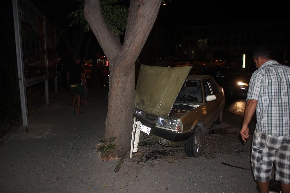 Kontrolden çıkan otomobil önce ağaca sonra yayaya çarptı: 3 yaralı