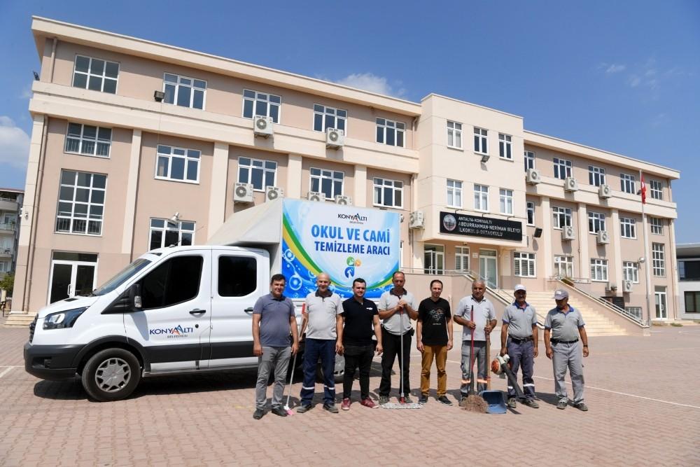 Konyaaltı Belediyesi, okullarda boya ve temizlik yapıyor
