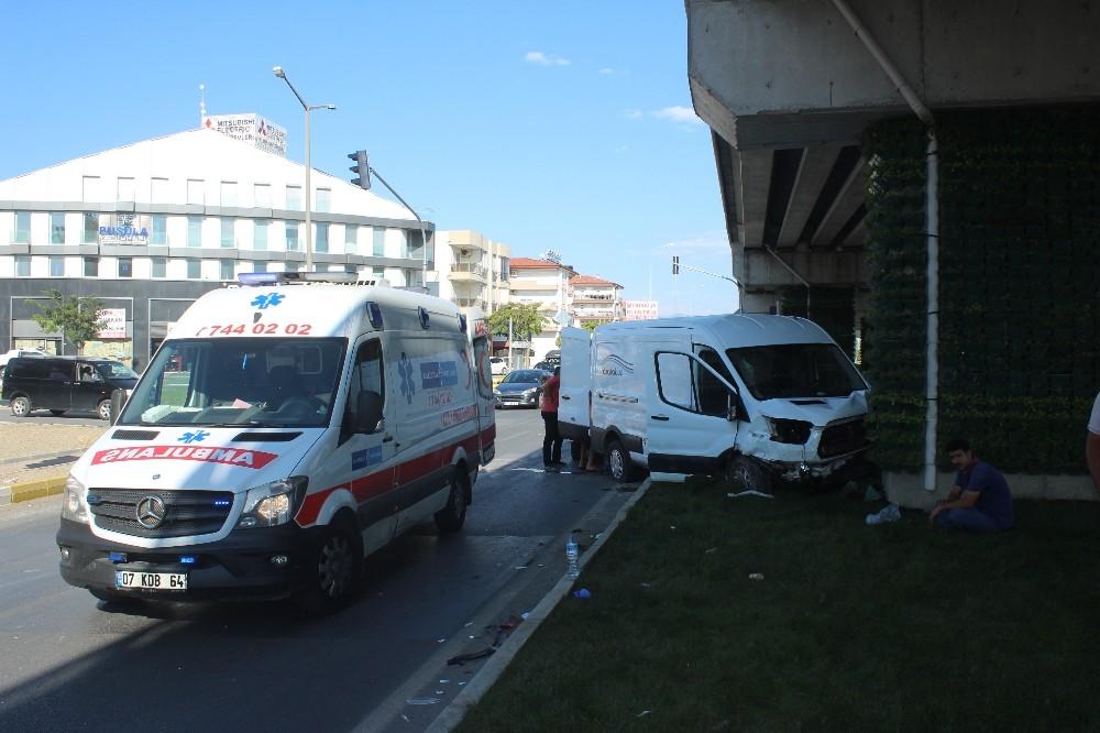 Manavgat'ta trafik kazaları: 3 yaralı