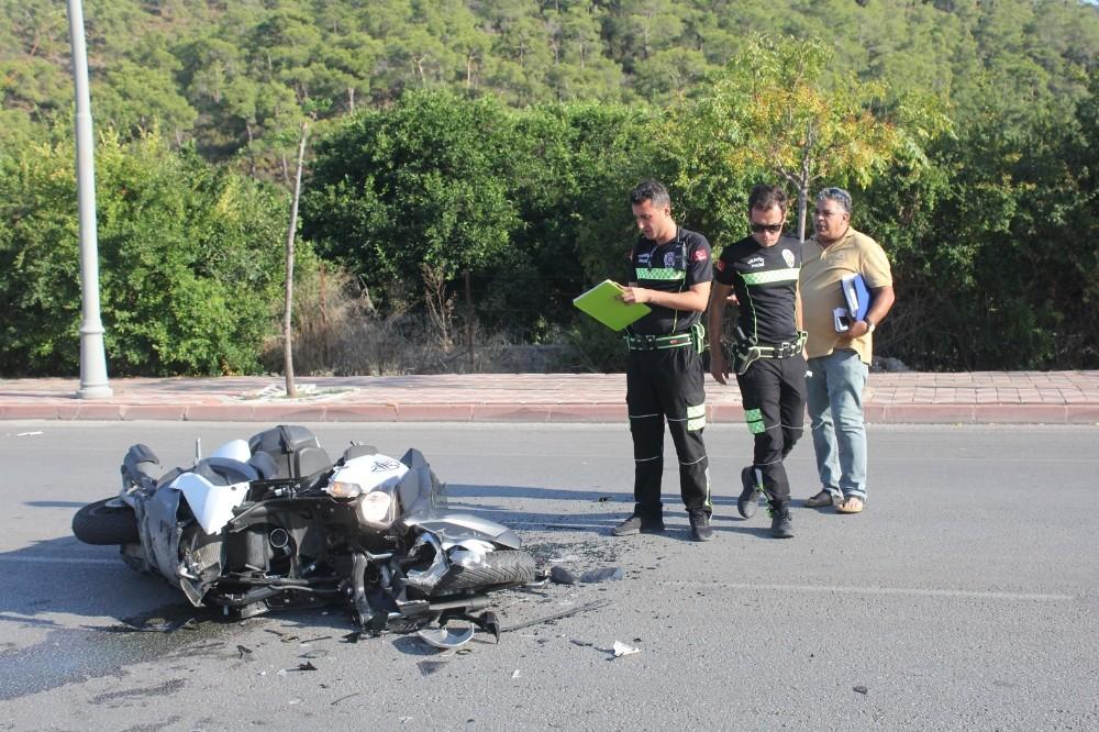 Motosiklet 'U' dönüşü yapan minibüse çarptı, kaskı bulunmayan sürücü başından yaralandı