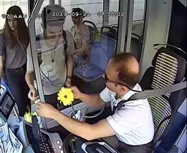 Otobüs şoföründen yolculara şiir gibi karşılama