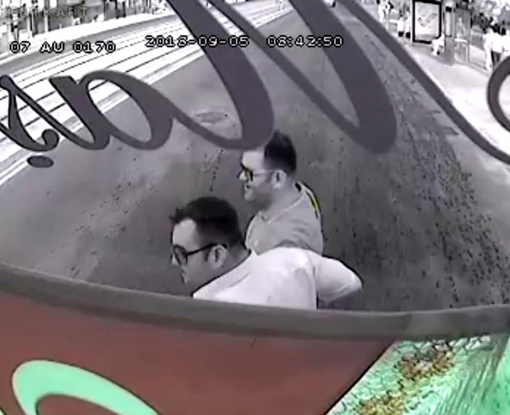 Otobüsü durdurup yol kenarındaki görme engelli vatandaşı yolun karşısına geçirdi