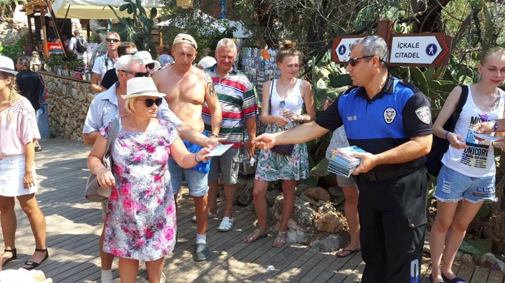 Polis, turistlerin rahat gezebilmeleri için harita dağıttı