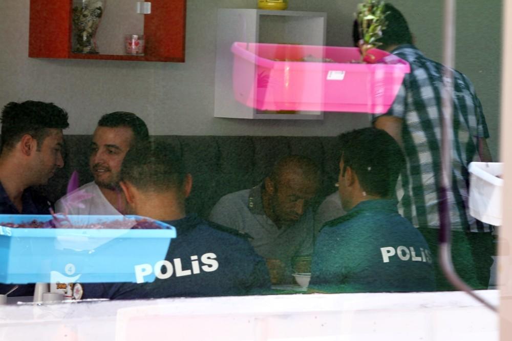 Polis yemek sözü vererek intihardan vazgeçirdiği gençle birlikte yemek yedi