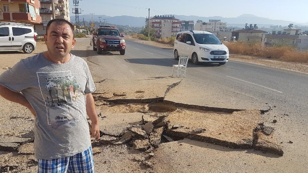 Sıkışan metan gazı rögar kapağını patlattı, asfalt parçalandı