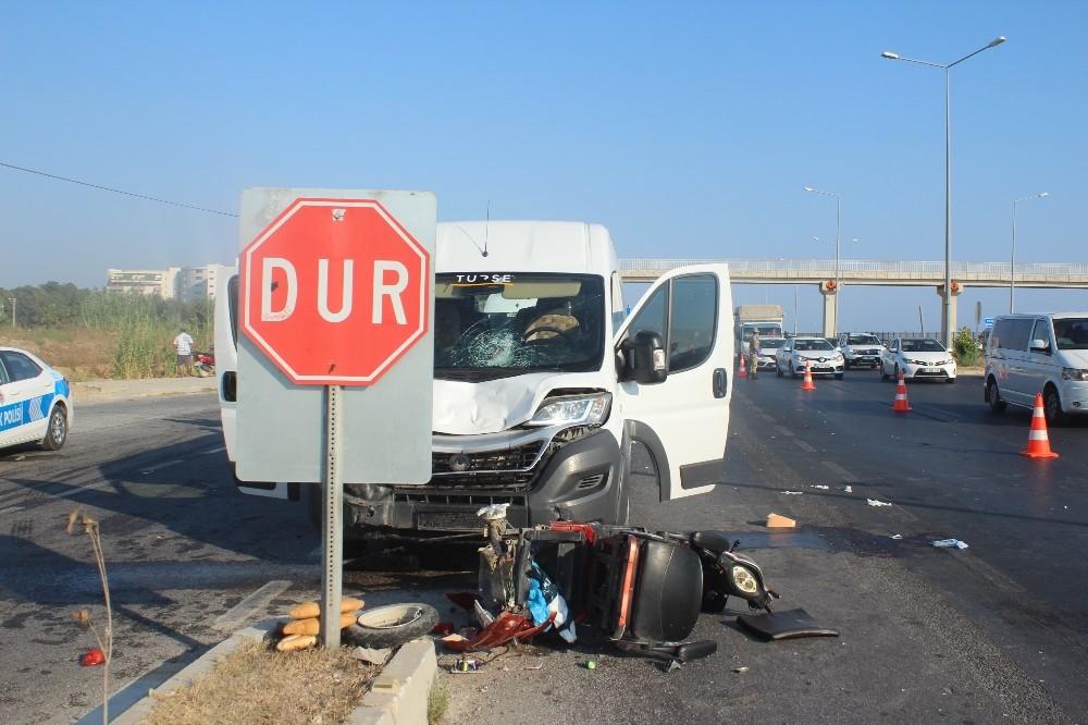 Tur aracı elektrikli bisiklete çarptı: 1 ağır yaralı