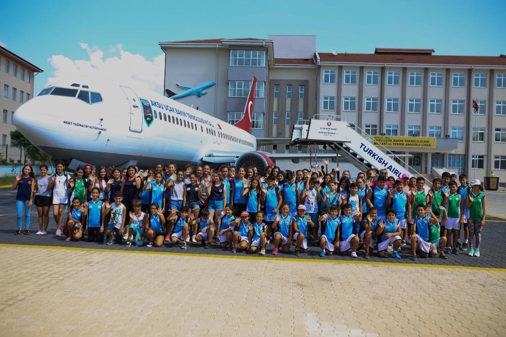 Yaz Spor Okulu öğrencileri uçak okulunu gezdi
