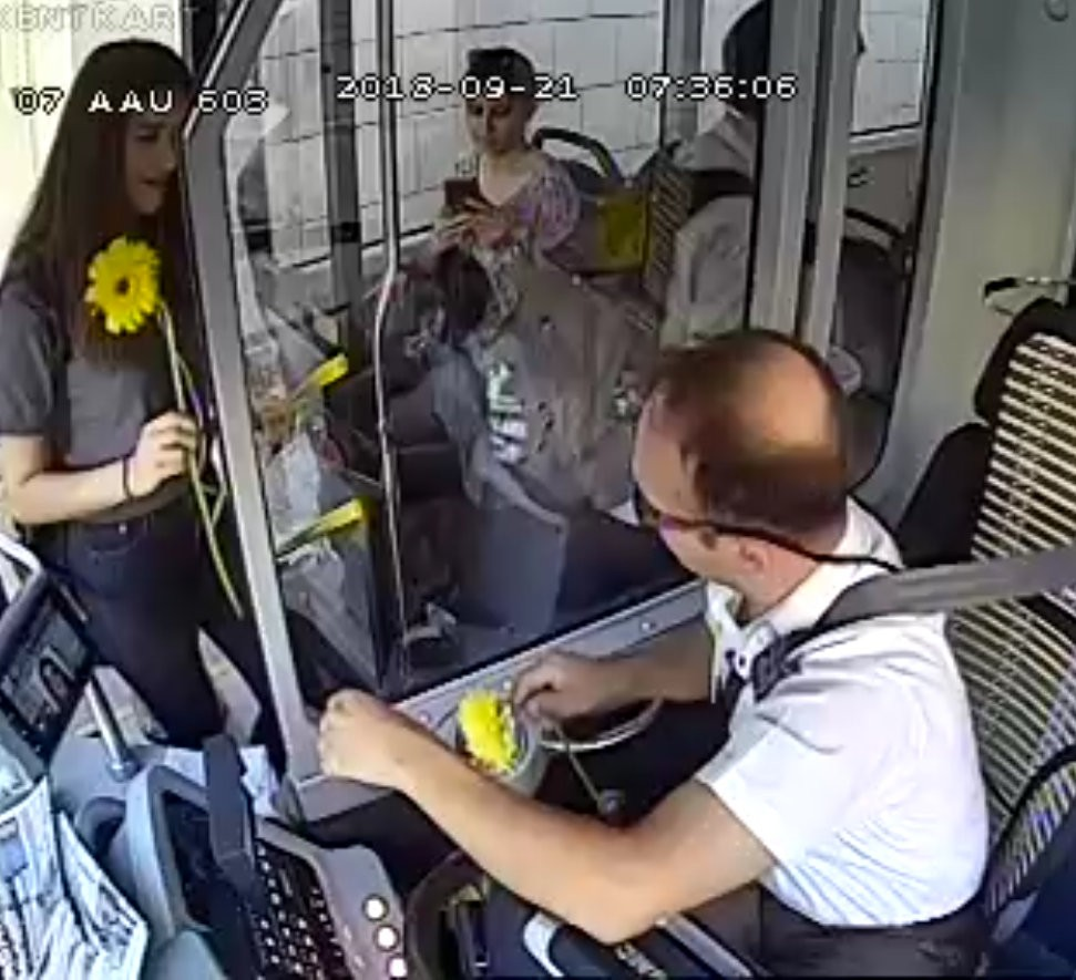 """Yolcuları çiçeklerle karşılayan şoför: """"Bir gülücük bile çiçek kadar değerlidir"""""""