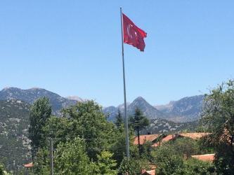 Aksekili hayırseverden köyüne dev Türk Bayrağı