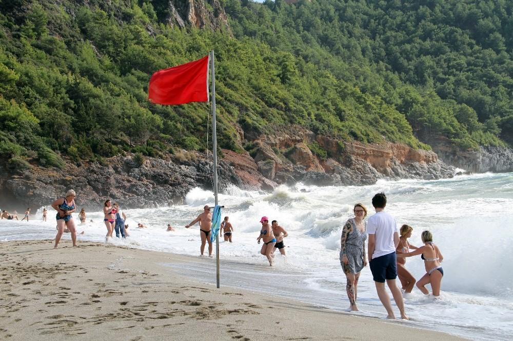 Alanya'da kırmızı bayraklar bile turistleri durduramadı