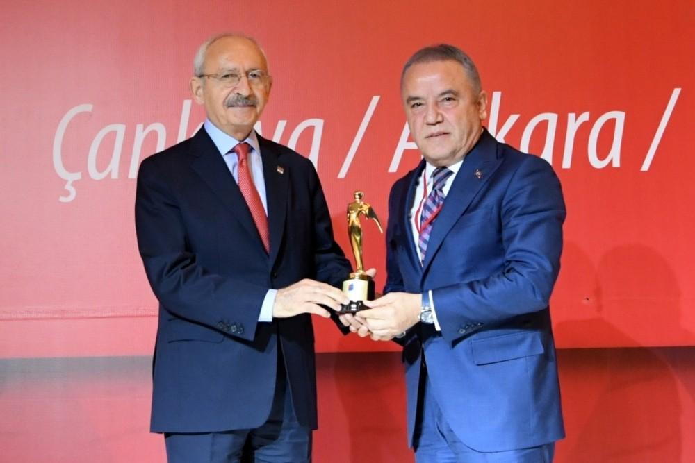 Başkan Böcek ödülünü Kılıçdaroğlu'ndan aldı