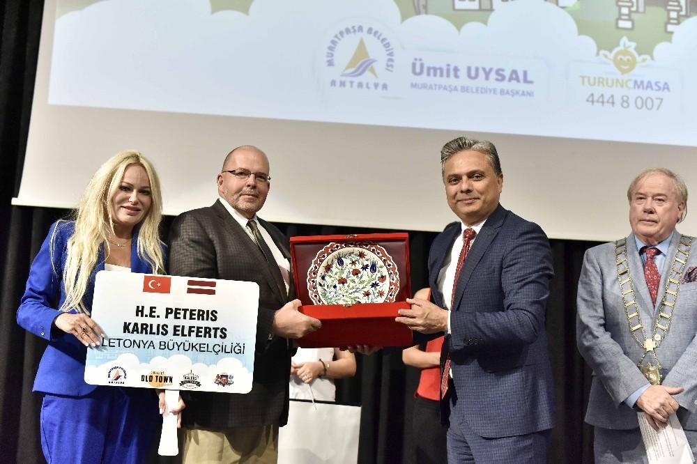 Başkan Uysal'a Kosova'dan Türk bayrağı rozeti